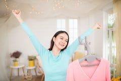 Giovane rivestimento asiatico felice della donna che cuoce a vapore i vestiti nella sala Fotografie Stock Libere da Diritti