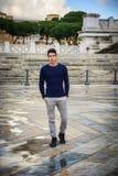 Giovane a Roma davanti al monumento di Vittoriano Immagine Stock