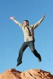 Giovane salto dell'uomo di affari Immagini Stock