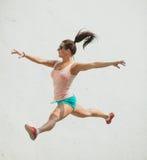 Giovane salto emozionante della ragazza Fotografie Stock