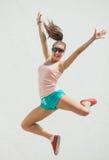Giovane salto emozionante della ragazza Fotografia Stock Libera da Diritti
