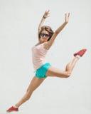 Giovane salto emozionante della ragazza Fotografia Stock
