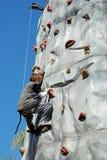 Giovane scalata di roccia del ragazzo Immagini Stock