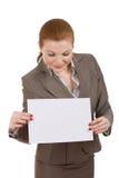 Giovane scheda della holding della donna di affari Immagine Stock