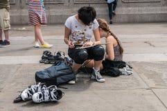 Giovane schizzo degli artisti vicino alla loro attrezzatura pattinante in Trafalgar S Immagini Stock Libere da Diritti