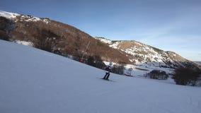 Giovane sciatore che discende un pendio dello sci in Pirenaico francese