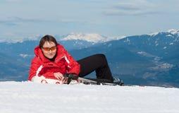 Giovane sciatore felice della montagna che ha resto Fotografia Stock