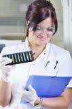 Giovane scienziato attraente dello studente di PhD in laboratorio Fotografia Stock