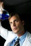 Giovane scienziato che effettua esperimento Immagini Stock