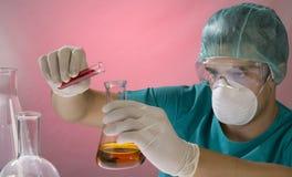 Giovane scienziato che lavora con la mascherina fotografie stock