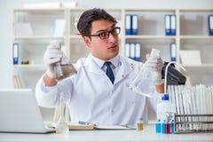 Giovane scienziato del ricercatore che fa un expe di contaminazione della prova di acqua Immagine Stock Libera da Diritti