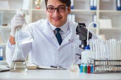 Giovane scienziato del ricercatore che fa un expe di contaminazione della prova di acqua Fotografia Stock Libera da Diritti