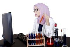 Giovane scienziato femminile che per mezzo del computer Immagine Stock Libera da Diritti