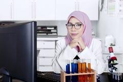 Giovane scienziato femminile che sorride in laboratorio Fotografia Stock Libera da Diritti