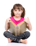 Giovane scolara con il grande libro Isolato su priorità bassa bianca Fotografia Stock