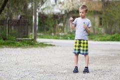 Giovane scolaro biondo bello in abbigliamento casuale con ser divertente Fotografie Stock Libere da Diritti