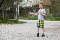 Giovane scolaro biondo bello in abbigliamento casuale con ser divertente Fotografie Stock