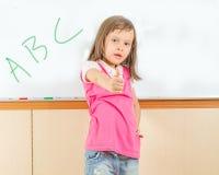 Giovane scrittura asiatica del bambino su una lavagna Immagine Stock Libera da Diritti