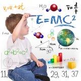 Giovane scrittura del genio del ragazzo di scienza di per la matematica Immagini Stock Libere da Diritti