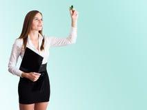 Giovane scrittura della donna di affari con un highlighter fotografia stock