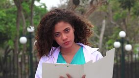 Giovane scrittura femminile dell'infermiere stock footage