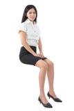 Giovane seduta asiatica della donna dell'ente completo immagini stock