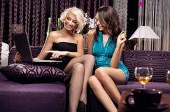 Giovane seduta graziosa delle ragazze Fotografia Stock