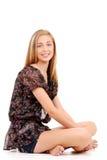 Giovane seduta teenager della ragazza attraversata fornita di gambe Fotografia Stock Libera da Diritti