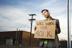 Giovane segno della holding 401k dell'uomo d'affari Fotografie Stock