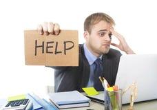 Giovane segno disperato di aiuto della tenuta dell'uomo d'affari che esamina stress da lavoro di sofferenza preoccupato lo scritt Immagini Stock Libere da Diritti