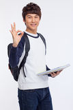 Giovane segno stdudent asiatico di approvazione di rappresentazione. Immagine Stock