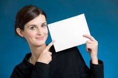 Giovane segretaria o donna di affari con la scheda di nota in bianco Fotografie Stock Libere da Diritti