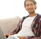 Giovane serio con il computer portatile Fotografia Stock Libera da Diritti
