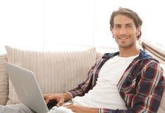Giovane serio con il computer portatile Immagini Stock Libere da Diritti