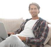 Giovane serio con il computer portatile Fotografia Stock