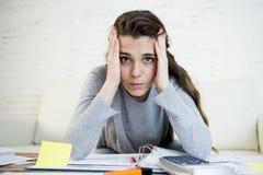 Giovane sforzo preoccupato di sofferenza della donna che fa le fatture domestiche di lavoro di ufficio di contabilità Immagine Stock Libera da Diritti