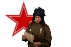 Giovane sguardo sovietico dell'autocisterna ad una mappa immagine stock libera da diritti