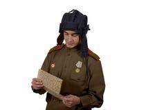 Giovane sguardo sovietico dell'autocisterna ad una mappa immagini stock