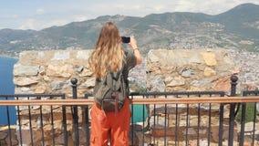 Giovane sguardo turistico della donna alle rovine in penisola di Alanya, distretto di Adalia, Turchia Destinazione turistica famo stock footage