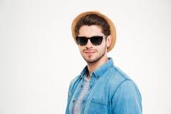 Giovane sicuro in occhiali da sole e cappello Immagine Stock
