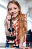 Giovane signora abbastanza astuta che fa una ricerca per il progetto Fotografia Stock Libera da Diritti