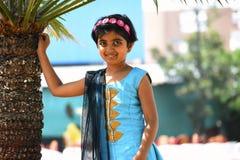 Giovane signora in abbigliamento indiano che esamina macchina fotografica, Pune immagini stock libere da diritti