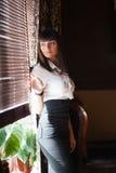 Giovane signora alla finestra di un caffè Fotografia Stock