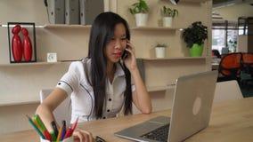 Giovane signora asiatica in ufficio archivi video