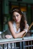Giovane signora asiatica in vestito bianco dalla sposa fotografie stock