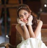 Giovane signora asiatica in vestito bianco dalla sposa Immagine Stock