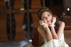 Giovane signora asiatica in vestito bianco dalla sposa Immagini Stock
