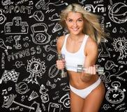 Giovane signora atletica che fa allenamento con i pesi sul nero e sul tiraggio immagini stock