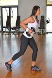 Giovane signora atletica che fa allenamento nello studio di forma fisica Immagini Stock
