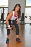 Giovane signora atletica che fa allenamento nello studio di forma fisica Fotografie Stock
